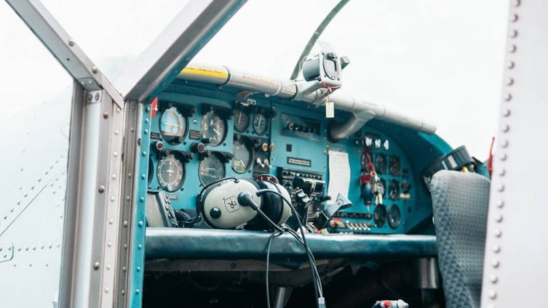 interior of cessna 172 - learn how to become a pilot